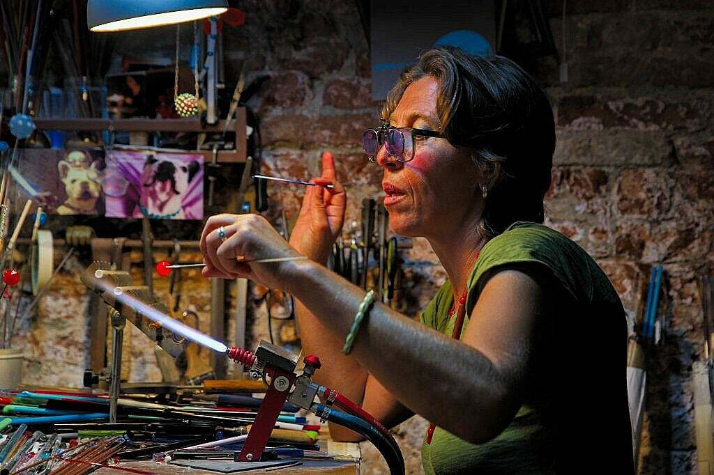 Simo Iacovvizi makes Venetian glass beads by hand.